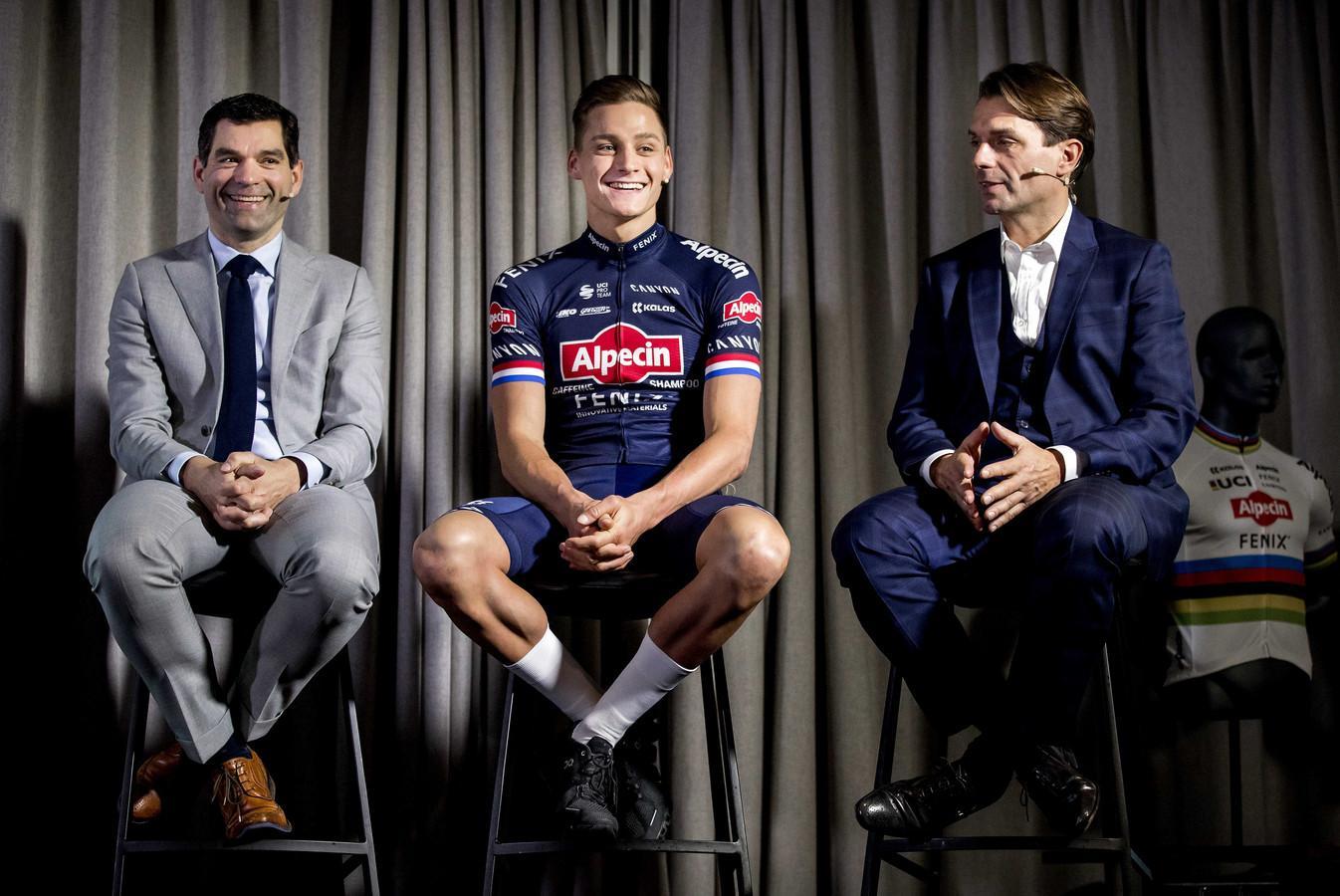 Philip Roodhooft (r) en zijn broer Christoph met Mathieu van der Poel en tijdens de presentatie van team Alpecin-Fenix.