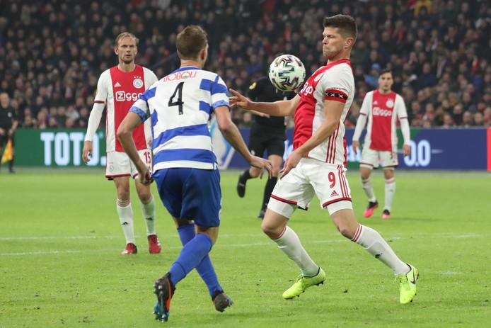 Tom van der Neut kijkt toe hoe Klaas-Jan Huntelaar de bal controleert.