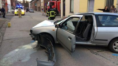 Wagen botst tegen andere wagen en knalt tegen gevel in Vijverstraat