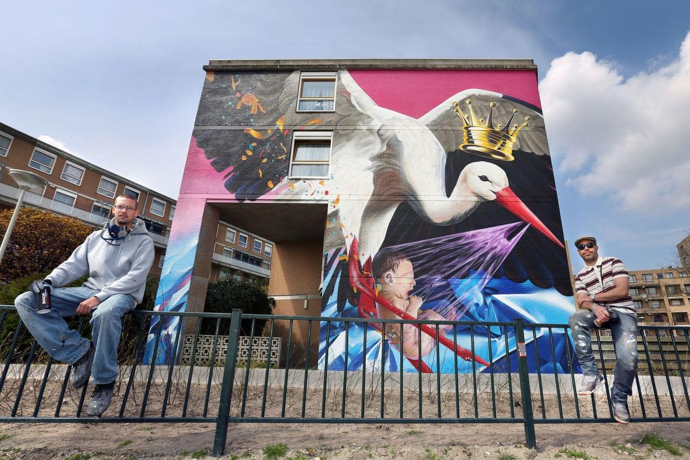 Roelof Schierbeek en Roy 'Karsky' Valk bij een van de drie muurschilderingen in Laak.