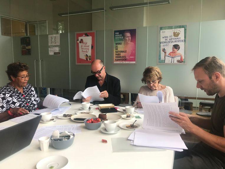 Juryvergadering van de schrijfwedstrijd voor de Nationale Voorleeslunch Beeld Leescoalitie