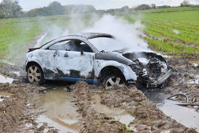 Auto verwoest na brand in weiland Prinsenbeek.