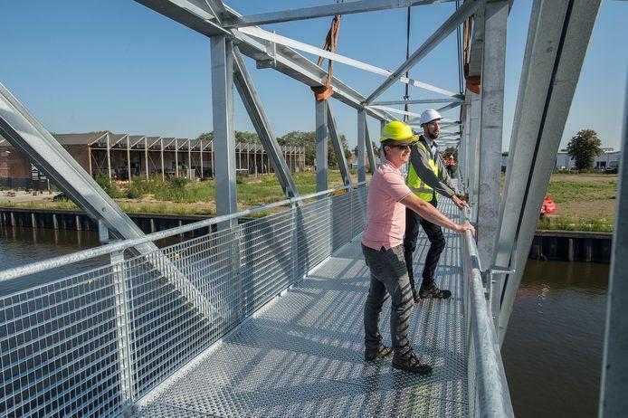 Buddy van Sluisveld (l), van staalbedrijf Van Sluisveld Group, en projectleider Ronald van Heijningen van de gemeente Breda ontmoeten elkaar op het midden van de brug.