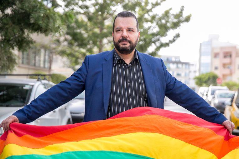 Lhbt-activist Mounir Baatour houdt de regenboogvlag omhoog bij zijn (mislukte) kandidaatstelling voor de presidentiële verkiezingen. Beeld null