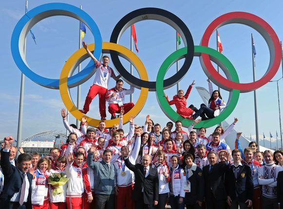 President Poetin tussen z'n atleten in onverdachte tijden, na de Winterspelen van Sochi in 2014.