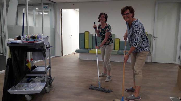Huisarts Cynthia Peters (links) en praktijkmanager Anneloes van Oosterom geven de toekomstige wachtkamer nog even een sopje.