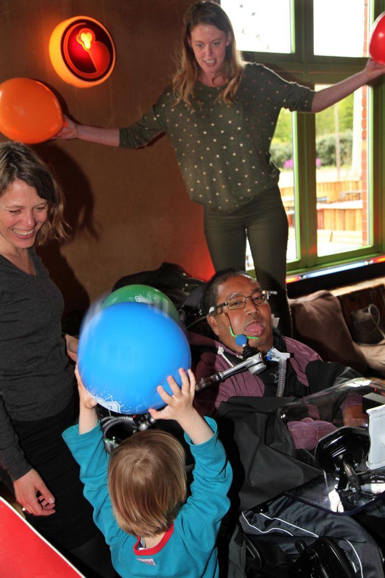 Rogier Borst in Pacific Parc op zijn verjaardagsfeest voor zijn veertigste, met zijn zussen Caroline (r) en Suzan. Op de voorgrond Suzans zoon. Beeld Ad Nuis