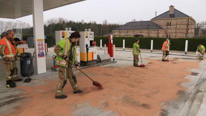 Chauffeur rijdt weg met brandstofslang nog in vuldop: brandweer mag tientallen liters benzine komen opkuisen