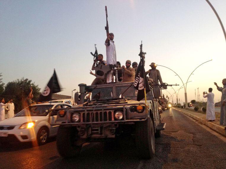 Strijders van IS paraderen over de hoofdweg in Mosul, Irak. Abu Mohammed al-Adani heeft opgeroepen om burgers in landen die de strijd tegen IS steunen te vermoorden. Beeld ap