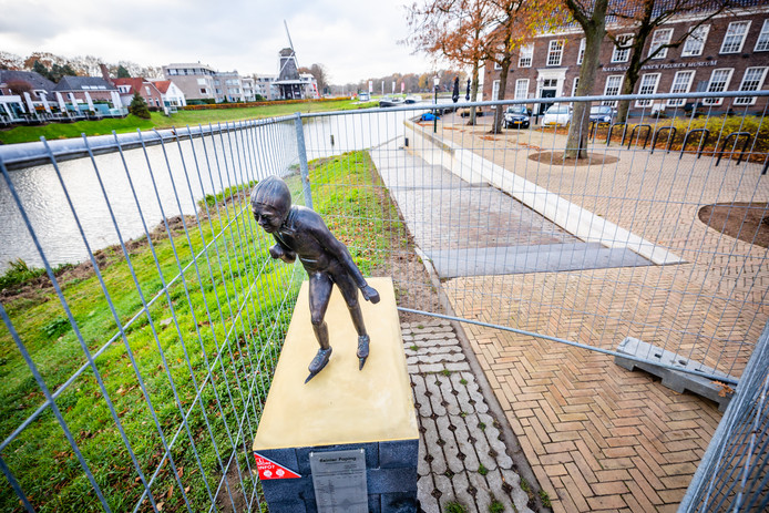 Het standbeeld van Reinier Paping in Ommen.