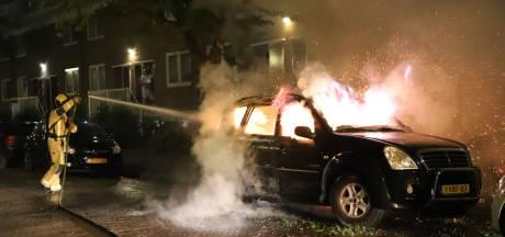 Geparkeerde auto gaat in vlammen op in Delft