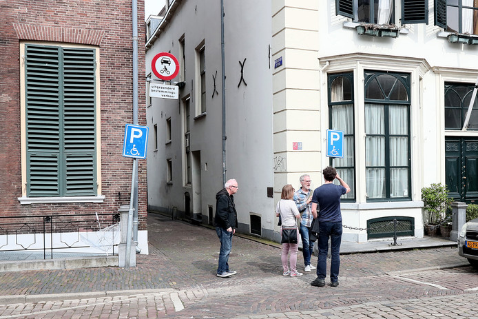 De Bernhardsteeg gelegen aan de Zaadmarkt in Zutphen. Hier vond het geweld tegen een van de agenten plaats.
