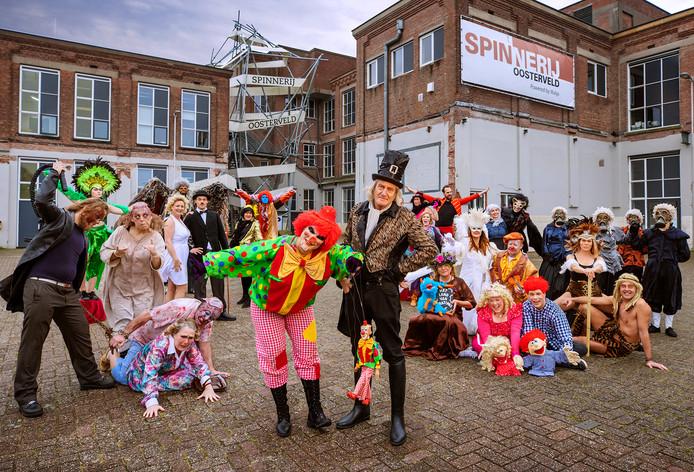 De spelersgroep van Mystiek voor het nieuwe onderkomen in Spinnerij Oosterveld