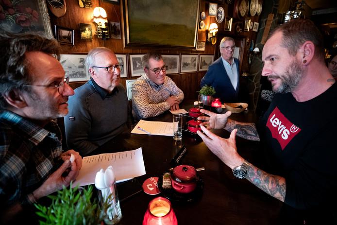 NK snert maken in Valkenswaard met Dick Middelweerd (L) in de vakjury en Danny Staals (R) die zijn soep aanprijst