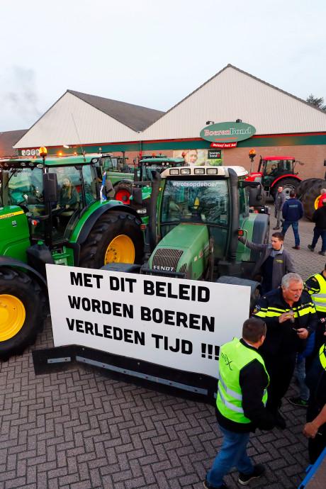 Vijftig tractoren uit protest bij het gemeentehuis in Budel