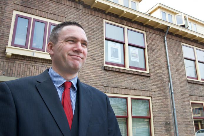 Constant Kusters voor zijn woining in de Arnhemse wijk Geitenkamp.