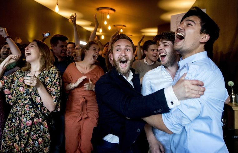 Leden van de PvdA vieren feest na het bekend worden van de eerste exitpoll.  Beeld EPA