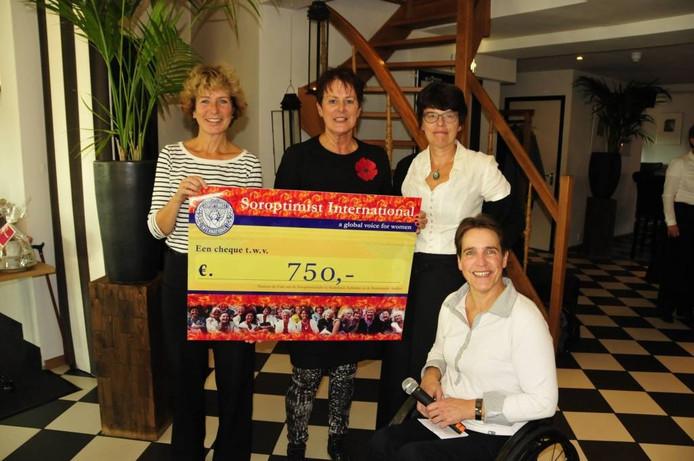Een cheque van 750 euro voor het vrouwencentrum.