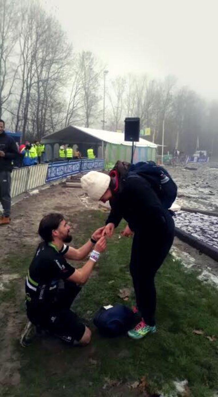 Tom ging vlak na de marathon van Spijkenisse op de knieën om zijn Tineke ten huwelijk te vragen.
