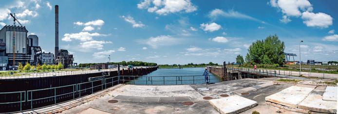 Het ENGIE-terrein in Nijmegen, waar links een batterijpark en kantoren met zonnepanelen komen en rechts twee windmolens.
