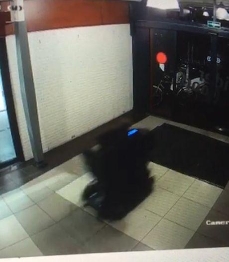 Bizar: man in scootmobiel ramt pui winkelcentrum Wijchen eruit