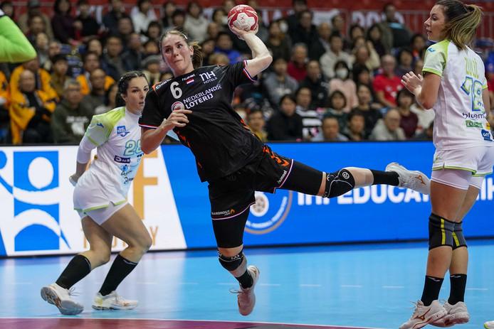 Laura van der Heijden in actie tegen Slovenië op het WK handbal in Japan.