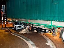 Vrachtwagen rijdt nieuw stoplicht Merwedestraat aan gort