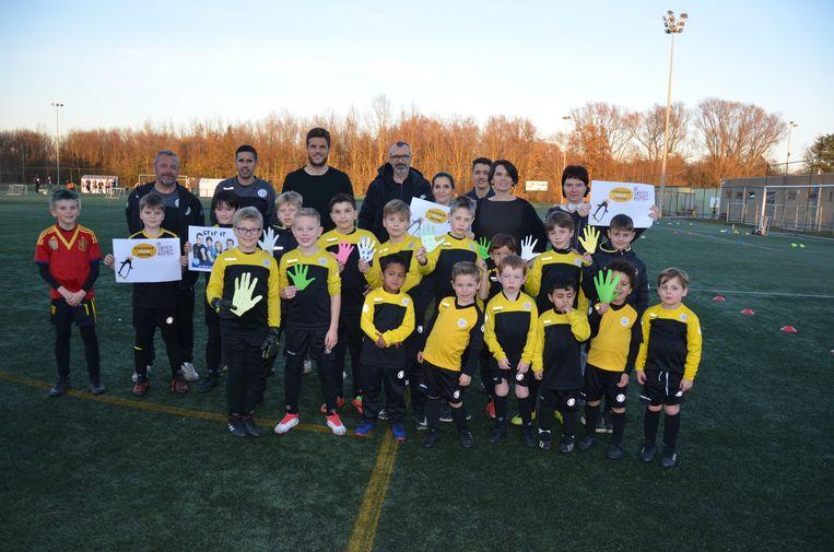 De jeugdspelers van Sporting Lokeren kiezen samen met Sportingkapitein Killian Overmeire kleur tegen pesten.
