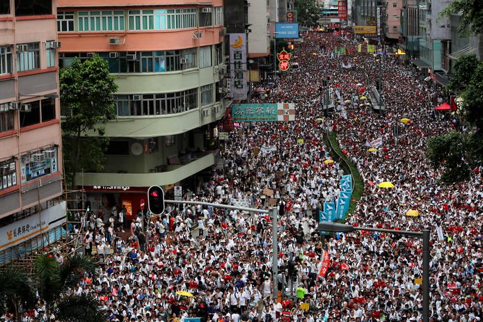 Honderdduizenden demonstranten in Hongkong. De vreedzame demonstratie liep later op de avond uit de hand en leidde tot vechtpartijen met de politie.