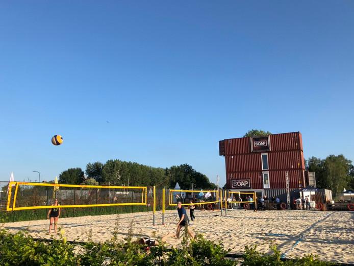 Beachvolleybal op het Zwitsal-terrein in Apeldoorn.