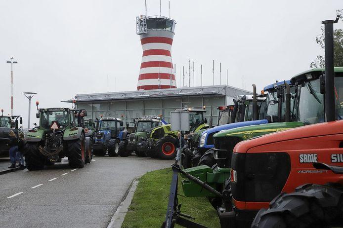 De verkeerstoren van Lelystad Airport vorige maand. Boeren demonstreerden er toen tegen de stikstofmaatregelen van het Kabinet. Het vliegveld ligt ook zwaar onder vuur van burgers die vrezen voor waardedaling van hun woning door geluidsoverlast van vliegtuigen van en naar Lelystad.