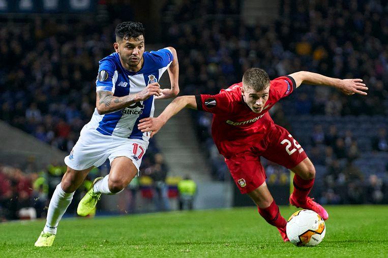 Daley Sinkgraven (r) probeert eerder dit seizoen in de Europa League namens Bayer Leverkusen overeind te blijven in een duel met Jesús Corona. Beeld Getty Images