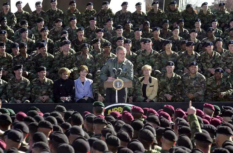 Toenmalig president George W. Bush bezoekt de Amerikaanse troepen in Afghanistan, november 2001. Beeld Getty Images