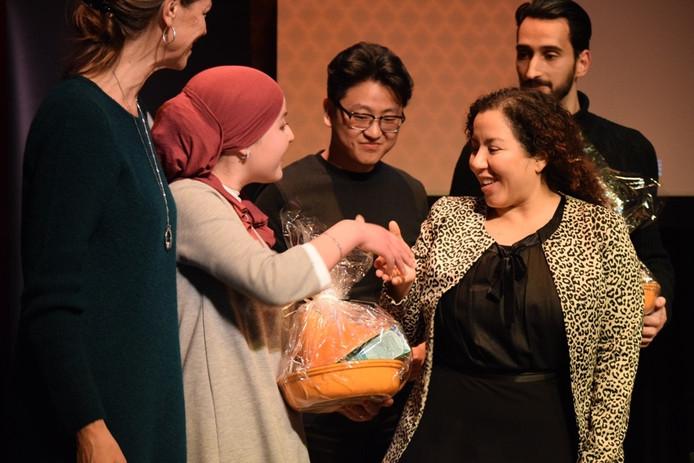 Amal Souiki neemt de felicitaties in ontvangst.