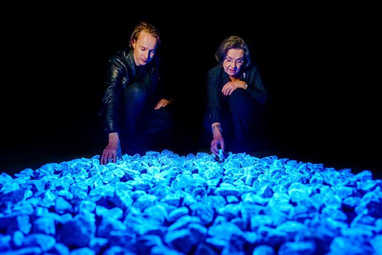 Daan Roosegaarde en Gerdi Verbeet van Nationaal Comité 4 en 5 mei. Het lichtmonument wordt vandaag in Rotterdam gepresenteerd.  Beeld Marco de Swart/Daan Roosegaarde