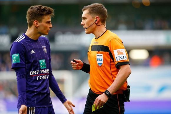 Gerkens in gesprek met Lardot tijdens de 0-2 tegen AA Gent.
