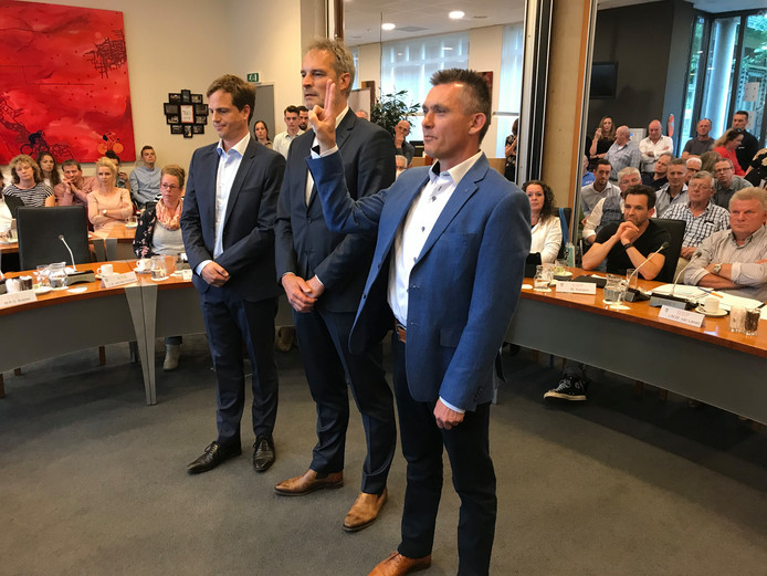 De nieuwe Boekelse wethouders, vlnr Martijn Buijsse, Henri Willems en Marius Tielemans zijn beëdigd.