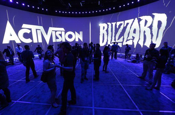 Bezoekers op een expo van Activision Blizzard.
