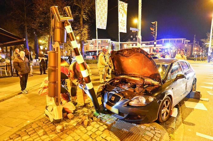 Op de Markt in Valkenswaard is zondagavond rond 18.30 uur een auto op een stoplicht gebotst.