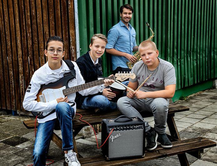 Lucas, Jasper, Casper (vlnr) met Bob van Rutte op de achtergrond.
