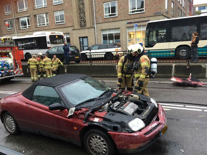 Auto in brand op Koninginnenlaan in Den Bosch.
