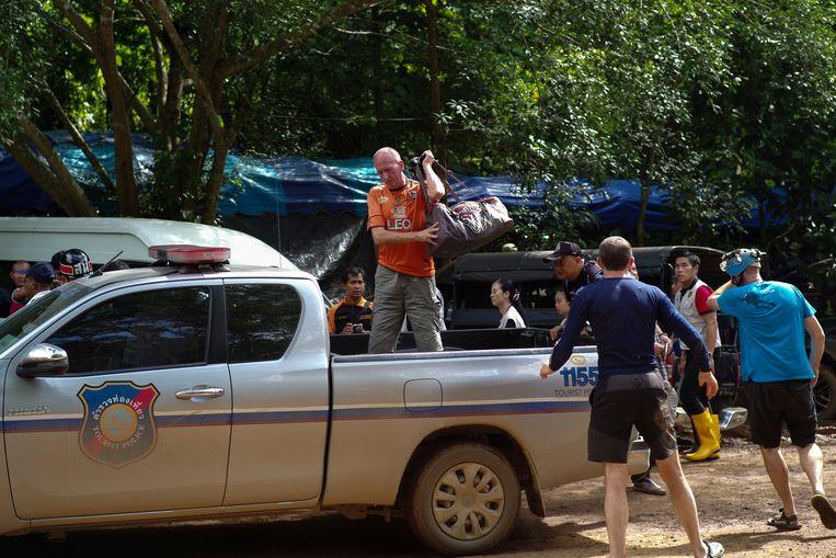 De Britse speleoloog Vernon Unsworth komt aan bij het grottencomplex Tham Luang, waar begin juli een voetbalploeg met tieners vastzat.