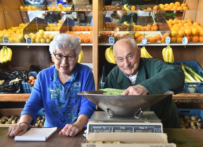 Francien en Adrie Trimpe achter de toonbank in hun groentezaak aan het Groenewoud in Vlissingen