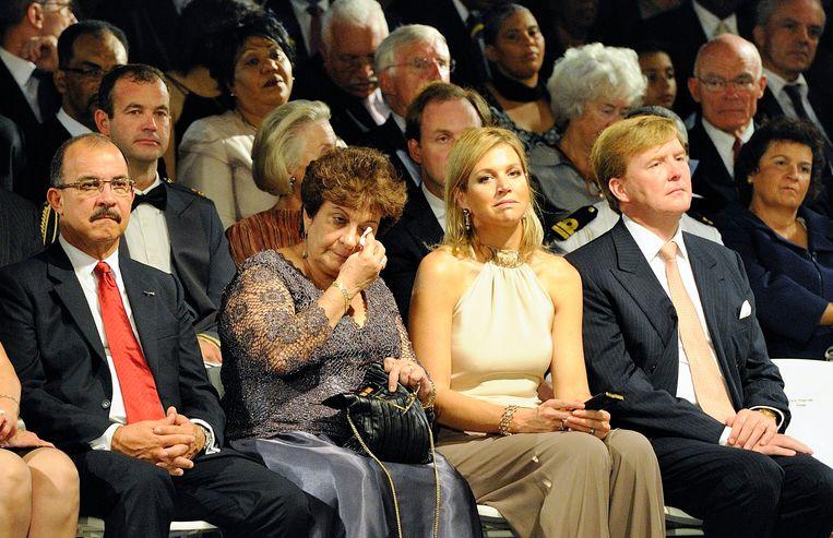 Emily de Jongh Elhage, de laatste premier van de Nederlandse Antillen, reageert geëmotioneerd tijdens de ceremonie rondom de opheffing van de eilandengroep in 2010. Prinses Máxima en prins Willem-Alexander zitten naast haar.  Beeld ANP