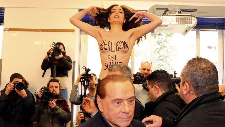 In Milaan werd Silvio Berlusconi tijdens het stemmen besprongen door een topless activiste van de feministische protestgroep Femen. Beeld photo_news