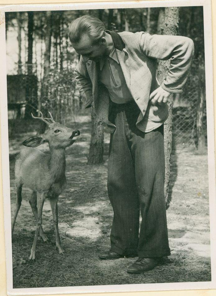 Oprichter Johannink van Tierpark Nordhorn voert een goed gesprek met een van de bewoners van de dierentuin.