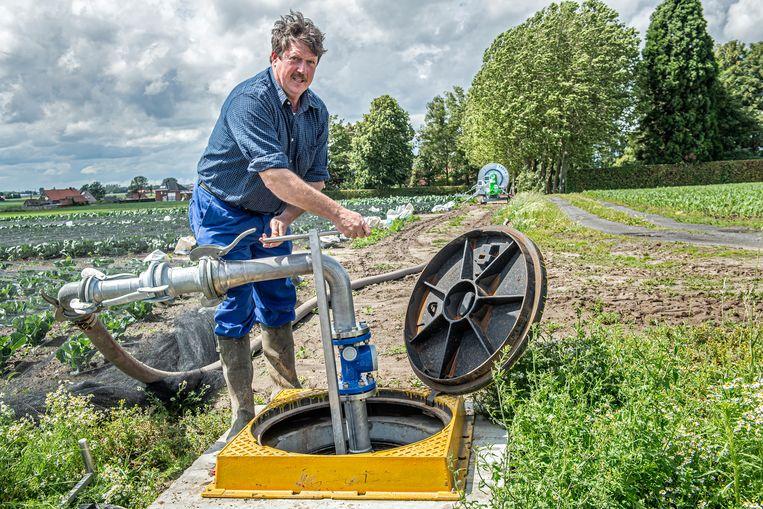 Landbouwer Rik Delameilleure mag als eerste de kraan opendraaien.