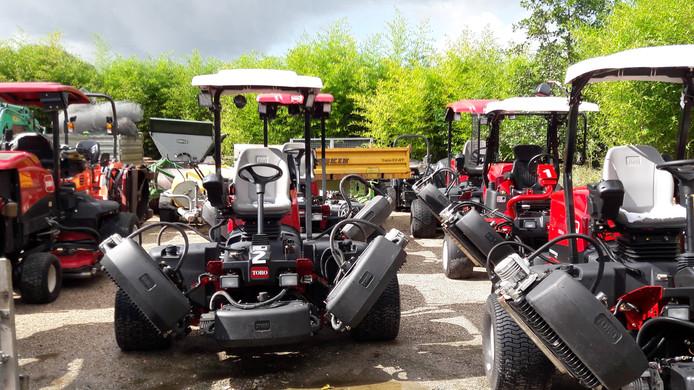Tientallen grasmaaimachines en ander materieel staan klaar.