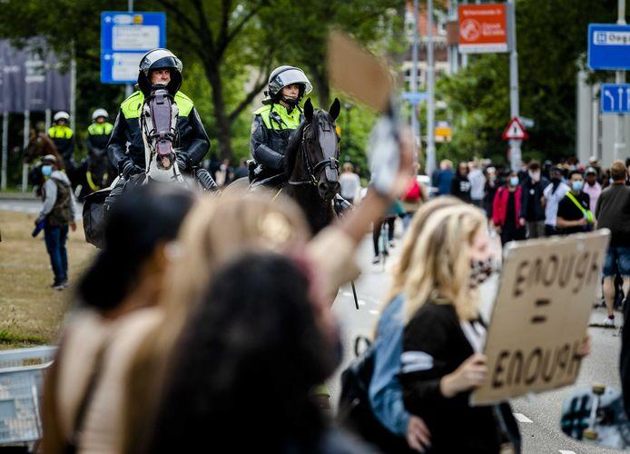 Politie na afloop van een manifestatie tegen racisme en politiegeweld in de VS  bij de Erasmusbrug.