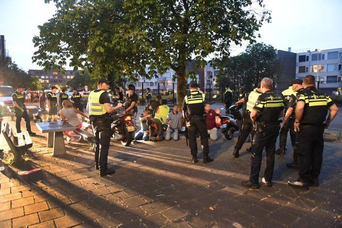 Agenten dreven tijdens de rellen een groep jongeren bijeen op de Oranjerivierdreef in Overvecht.